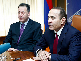 Armenia's premier introduces new minister of economy to staff