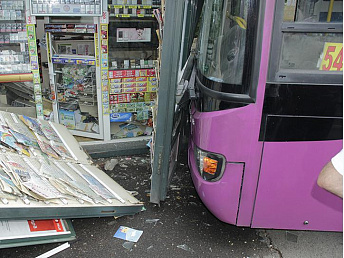 Bus crashes into a newspaper stall in Yerevan