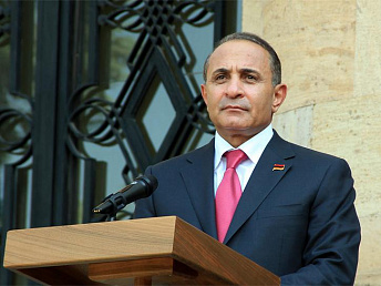 New Armenian prime minister introduced to cabinet members